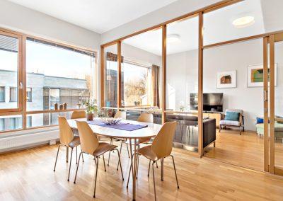 Kjøkken med utsikt inn mot stue